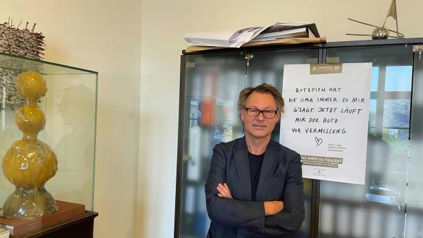 Leopold-Museum-Direktor Wipplinger vor Sujet der neuen Werbekampagne